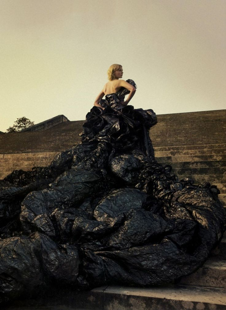 JOHN GALLIANO FOR DIOR COUTURE 2006, PHOTO BY ANNIE LEIBOVITZ FOR VOGUE